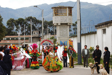 A beauty pageant held at the Buen Pastor women's prison. Seven contestants, ranging from assassins to thieves, left wing guerillas to right wing paramilitaries, vied for the beauty queen prize.