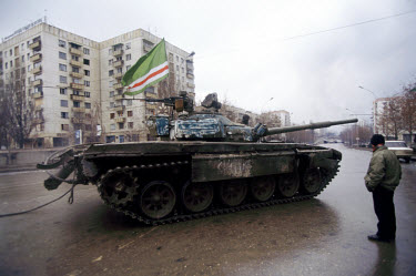A tank flying a Chechen flag heads towards the presidential palace.