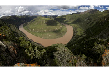 A meander on the Yangtze River at Keyou mountain in Zhiduo county.Sanjiangyuan - The three rivers headwaters. The Tibetan plateau is the world's third pole, producing fresh water for billions downstre...