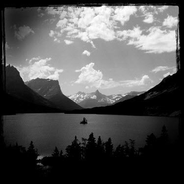 A lake in a landscape in the Glacier National Park.