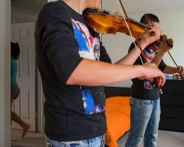 A young Iranian man who arrived in the US three weeks earlier plays the violin in the apartment where he lives. His family left Iran, feeling from religious and political persecution. The parents are...