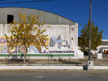A Reforma Agraria mural on an industrial building.