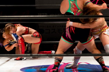 A tag team event during women's wrestling competition held at the Shin-Kiba 1st Ring in the Shinkiba district.