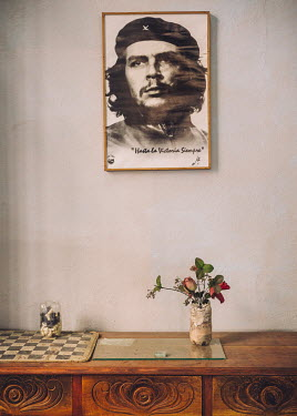 A framed poster of Che Guevara in a cafe in the old town.