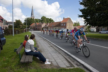 People watching an amateur cycling road race in Vivenkapelle.