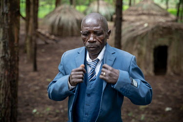 Francis Sembagare, a Batwa (pygmies) elder, has known life in the rain forest, and tries to pass on old traditions, hunting techniques and knowledge of plants and animals to his children. He is involv...
