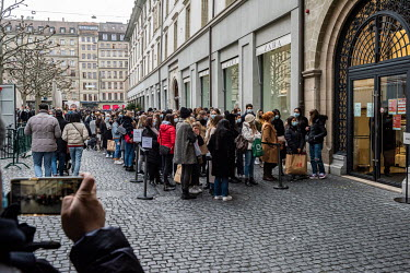 On the day before non-essential shops were due to close as part of the city's coronavirus restrictions, a large crowd of people, packed together in queues that ignore social distancing rules, formed o...