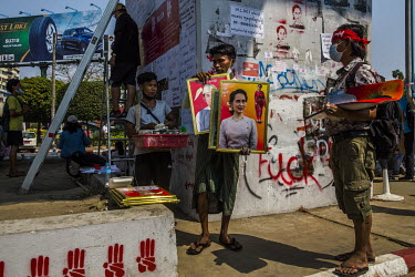 A street vendor sells portraits of Daw Aung San Suu Kyi and U Win Myint.