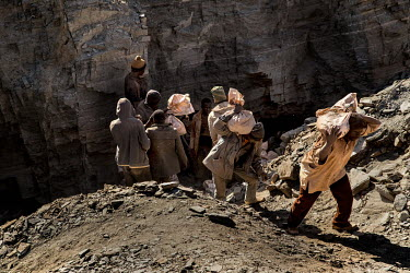 Workers at the Tabelote gold mine.