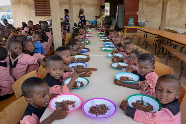 The school canteen at the Denro associative school is a major element in encouraging parents and pupils to continue their studies. For many families, poor or internally displaced due to armed conflict...
