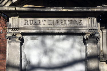 'Rest in Peace', written on the facade of a tomb in the St. Johannis u. Heiland-Friedhof cemetery.