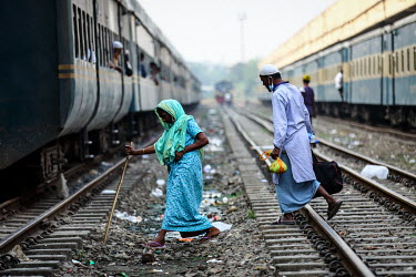 People crossing the tracks at Kamalapur Railway Station (officially known as Dhaka railway station).