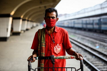 A porter wearing a face mask at Kamalapur Railway Station (officially known as Dhaka railway station).