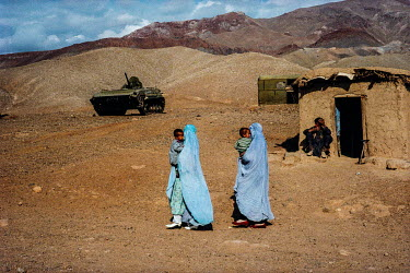 Women fleeing with their children from Charikar where there was fighting between the Taliban and forces led by Ahmad Shah Massoud.